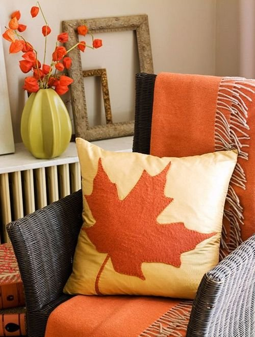 Вышивка-аппликация на подушке в виде кленового листа