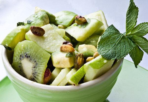 Зеленый фруктовый салат с лаймом и мятой