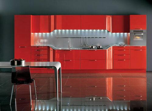 Просторная красная кухня