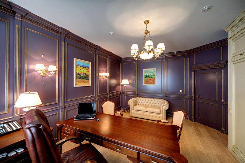 проект кабинета выполнен в Английском стиле, стол с шухлядами с натурального дерева, кожаные диван и кресла