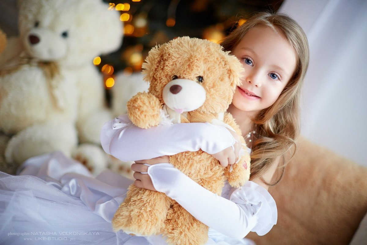 Открытка, картинка девочка с игрушками