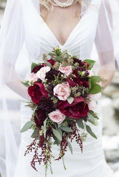 Пион, роза, георгин, зелень в букете невесты