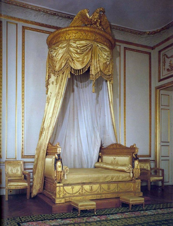 Прекрасное оформление дивана в гостиной