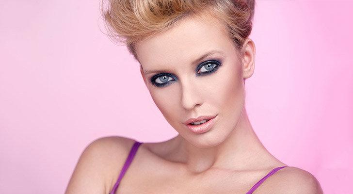 Макияж для серых глаз должен быть направлен на подчеркивание их кристальной чистоты и скрывать присущую этому цвету холодность.