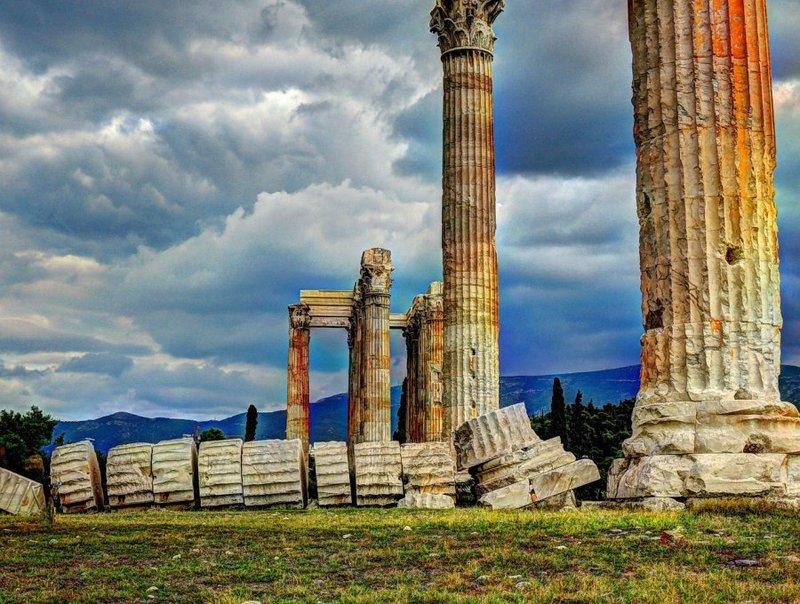 Храм Зевса Олимпийского в Афинах - это полуразрушенный храм посвященный главному олимпийскому богу - Зевсу.