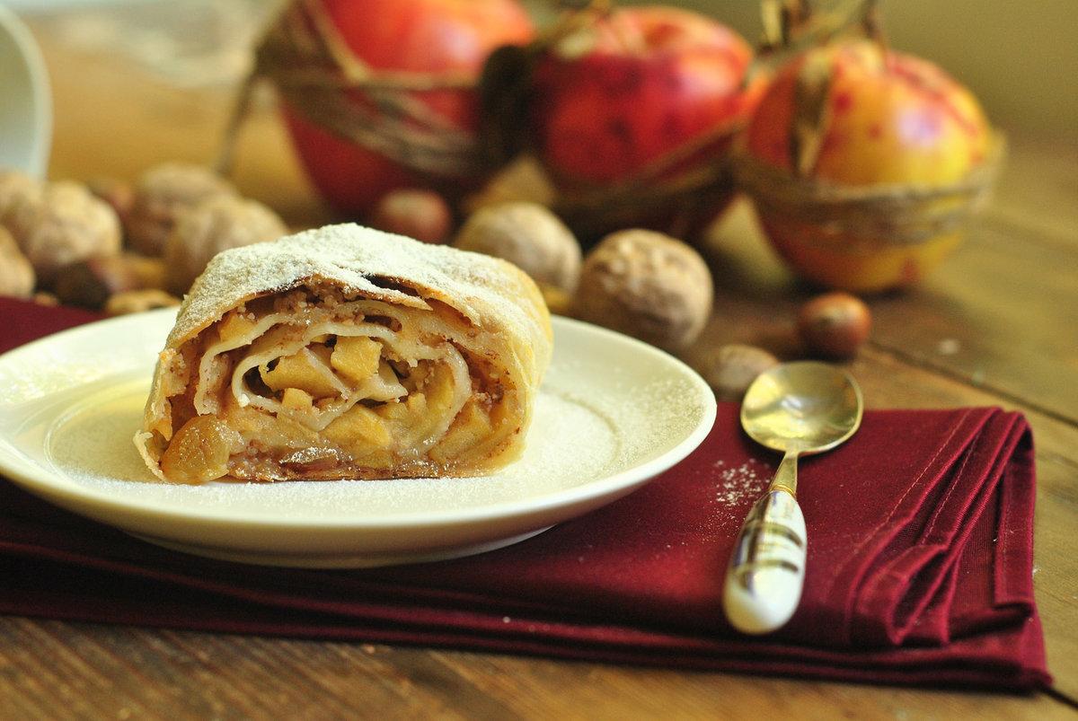 Картинка яблочного штруделя