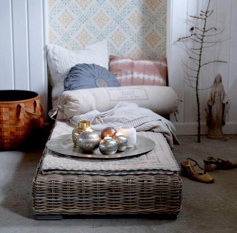 Плетеная лежанка-столик