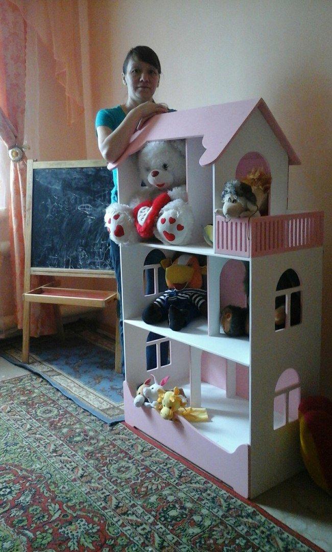 C таким домиком удобно играть, так как в нем поместятся крупные куклы.