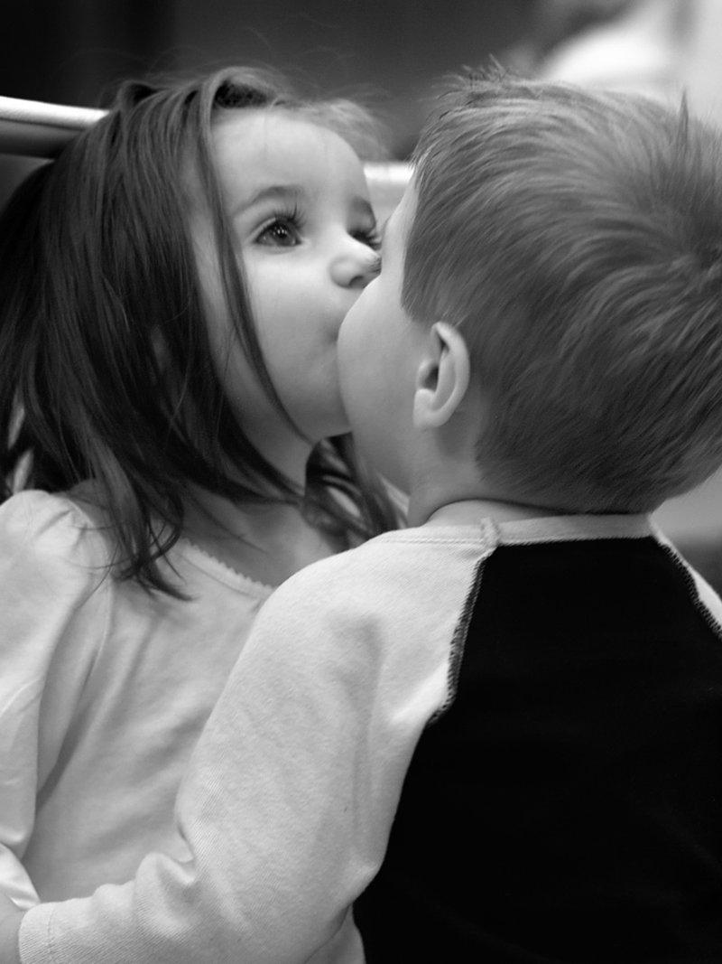 Парень с девушкой 15 лет целуются