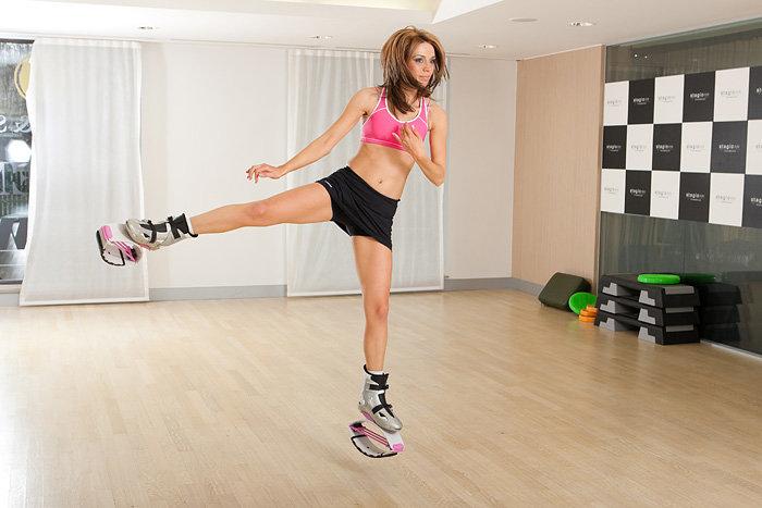 Несмотря на то, что занятия в Kangoo Jumps в целом относят к кардионагрузкам, в них есть и силовая составляющая — ведь вес каждого ботинка составляет около 2 кг. И хотя на ногах эта тяжесть особо не чувствуется, на мышцах ног и не только она будет отражаться самым благоприятным образом.