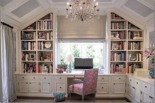 большое окно для естественного освещения кабинета