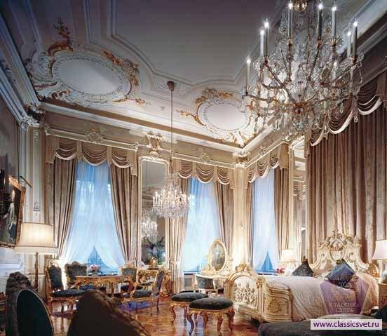 Роскошно декоративный, отражающий все основные черты классицизма интерьерный стиль «ампир», как дизайнерское направление, возник в 19 веке во Франции. Пафосный, наполненный звоном победных фанфар, отражающий «золотое» время правления Наполеона «ампир», без сомнения, принадлежит к самым «дворцовым», богатым стилям дизайна интерьеров. Массивная монументальность, присутствие военной геральдики (лавровые венки, скрещенные мечи и копья), делает это направление парадно-помпезным, по-императорски статусным. Насыщенная цветовая палитра, использование дорогих натуральных материалов – мрамора, хрусталя, золота, бронзы – наполняют интерьер поистине дворцовой пышностью. Сочная колористика дизайна, обилие мебели из дорогих пород древесины, инкрустированной позолотой и украшенной резьбой, активного цветового решения текстиль – всё это требует яркого, праздничного освещения. Поддерживая общее композиционное направление интерьера, осветительное оборудование выступает в едином световом и стилистическом