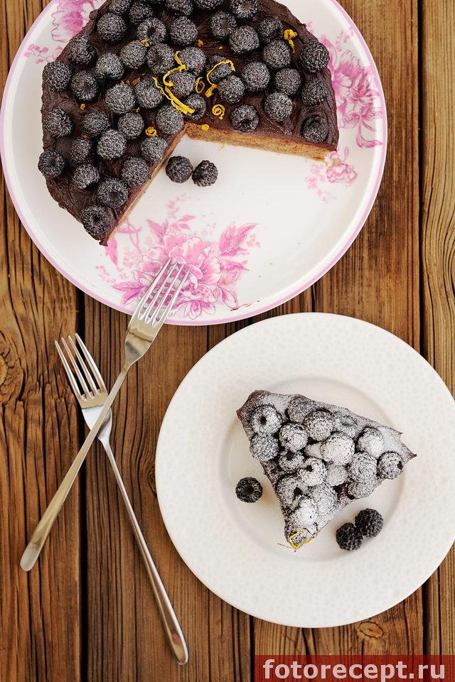 Пирог с лимонно-шоколадным кремом и ежевикой