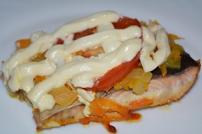 Просто незаменимыми окажутся на год Петуха лакомства из рыбы или морепродуктов. Очень вкусно можно запечь в духовке сочную горбушу с овощами.