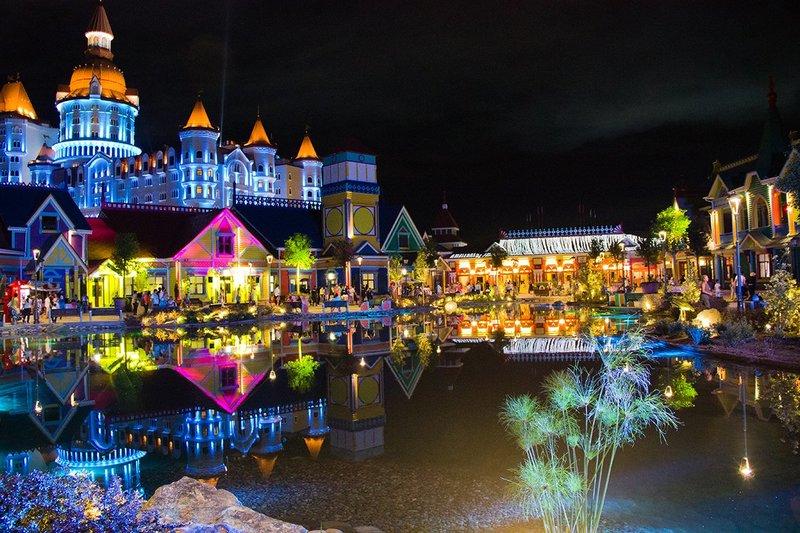 Невероятно яркий и насыщенный новогодней праздничной атмосферой Сочи Парк.