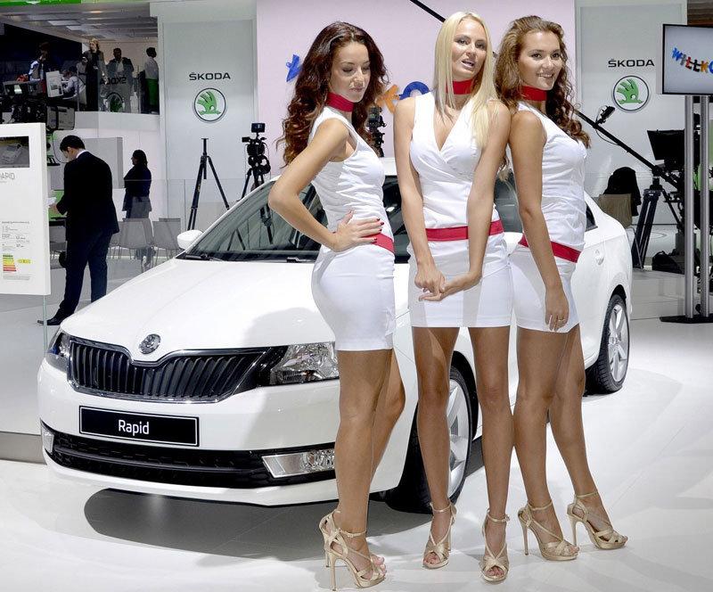 Девушки Парижского автосалона на стенде Skoda