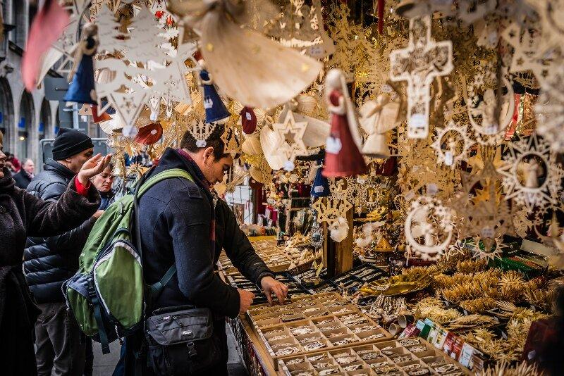 На базарах и прилавках магазинов появляются праздничные наряды и украшения, аксессуары и сладости, открытки и различные креативные прикольчики.