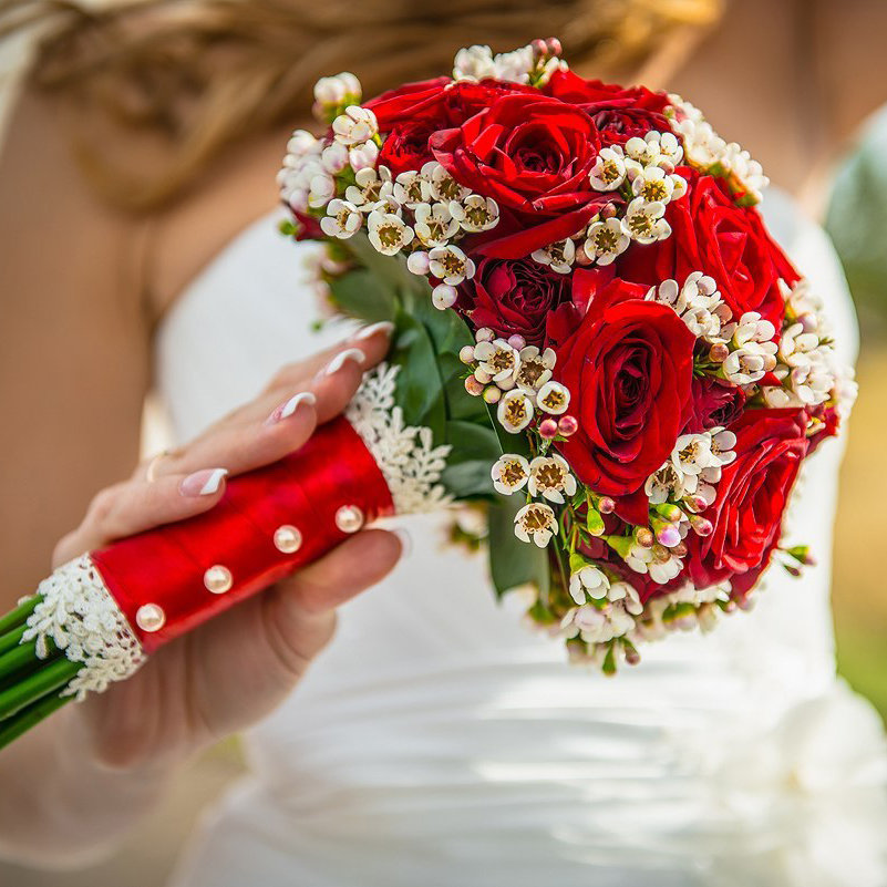 Учителю сентября, свадебный букет в бело красном цвете
