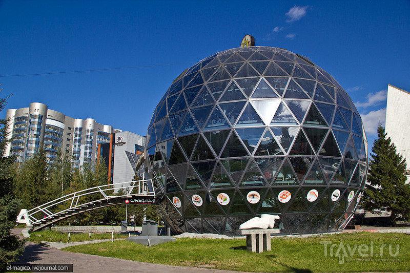Современный глобус, используемый под кафе. Новосибирск