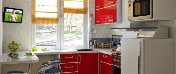 Интерьер маленькой кухни можно преобразить до неузнаваемости, правильно используя свободное пространство и различные методы для визуального увеличения площади помещения.