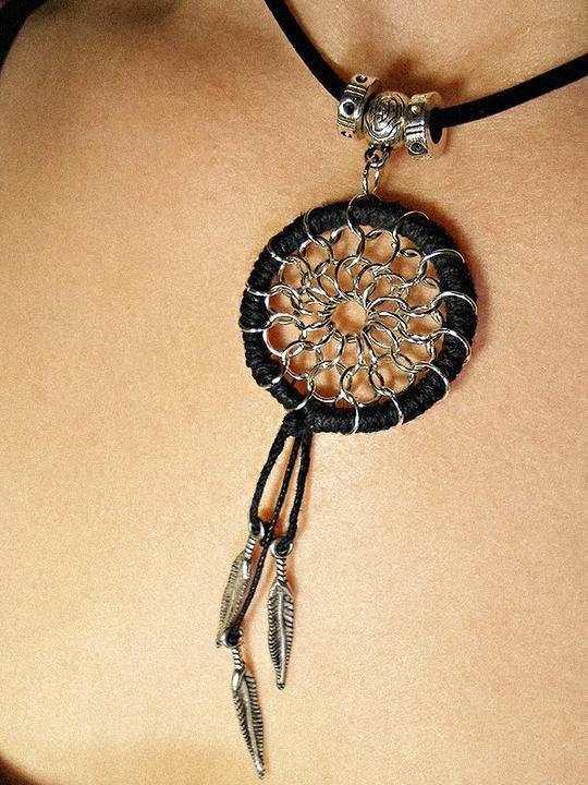 Предлагаю вам сделать необычное этническое украшение – кулон ловец снов из металла, узор которого напоминает древний индейский оберег