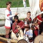 Царь Иван Грозный со свитой приплыл на деревянной ладье, на которой развивался парус с изображением Иисуса Христа.