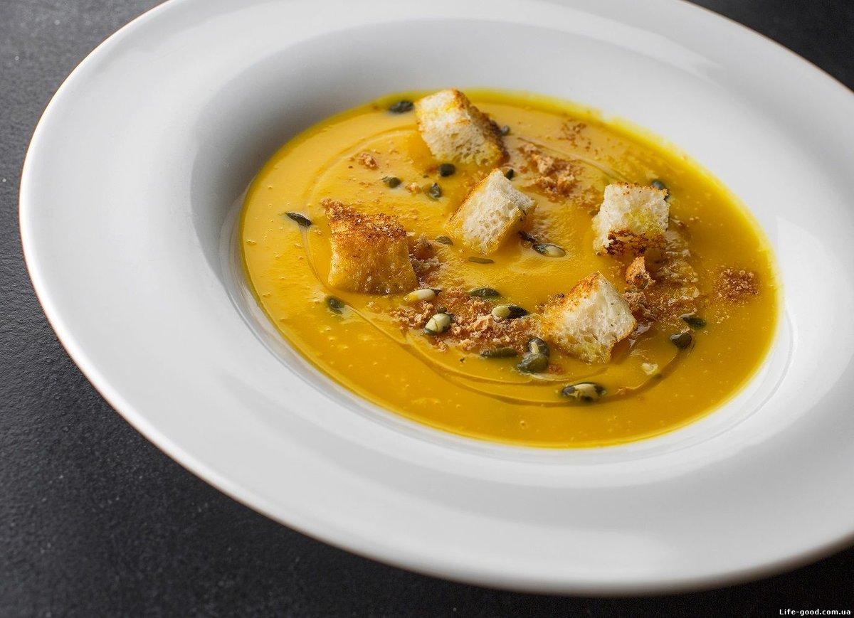 При подаче суп из тыквы можно посыпать зеленью, поджаренными тыквенными семечками, гренками из ржаного или пшеничного хлеба или тёртым твёрдым сыром.