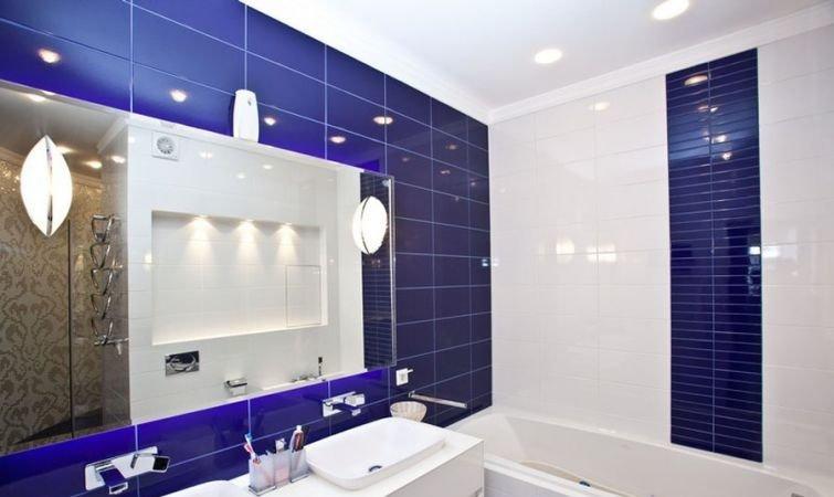 Дизайн синей прямоугольной плитки придаю ванной комнате изюминку.