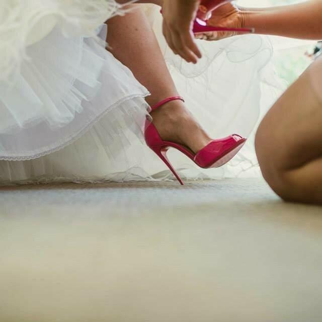 Сегодня мы поговорим о такой важной теме для каждой невесты- о свадебной обуви. Какую обувь выбрать, чтобы она была красивой, но в то же время удобной,