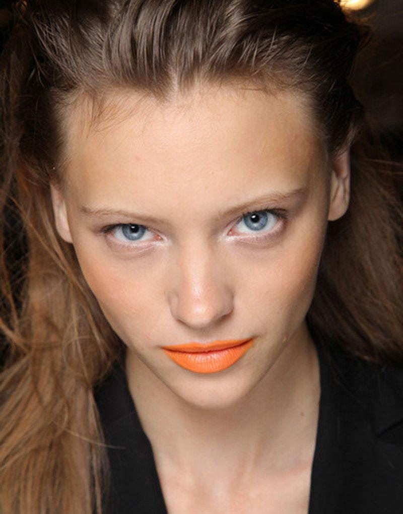 Акцент на оранжевые губы!