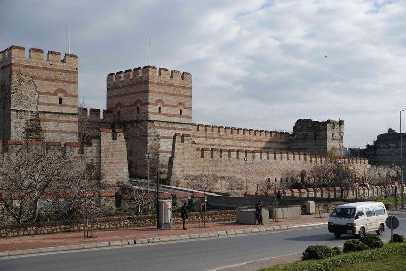 Стамбульские городские стены, на 22 километра протянувшиеся через несколько районов - общая длина 5420 метров, в составе 123 башни.