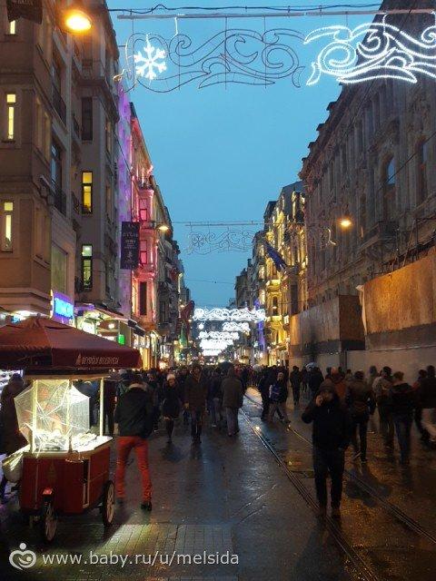 Истикляль представлял собой широкую улицу по обе стороны которой расположены кафе, торговые центры, магазины, ларьки и прочее.