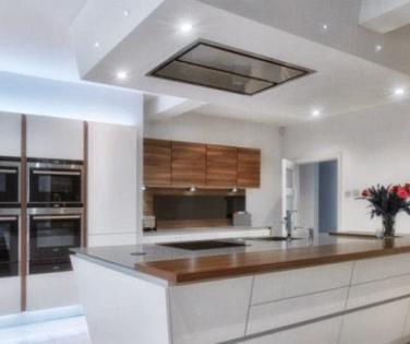 вытяжка под натяжным потолком на кухне, вентиляция под натяжным потолком на кухне