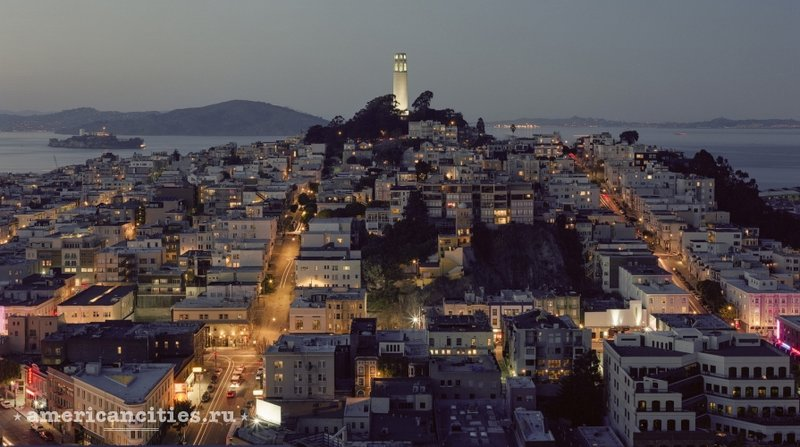 Башня Койт вечером у Сан-Франциско