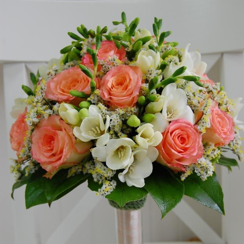 Букет невесты из коралловых ярких цветков