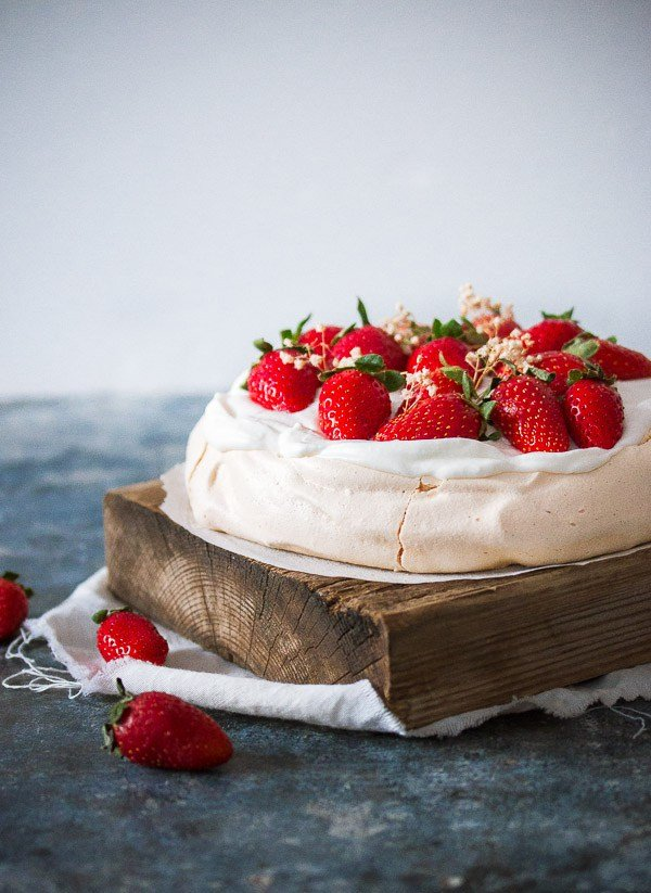 Торт безе с ягодами и взбитыми сливками.