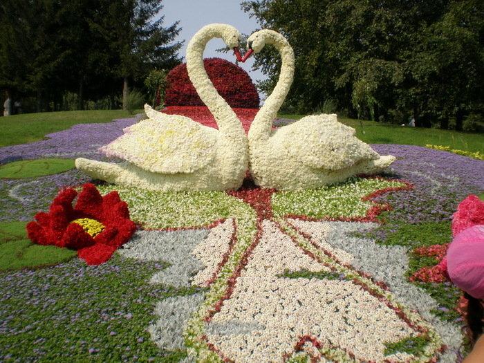 Букеты и статуи из живых цветов картинки