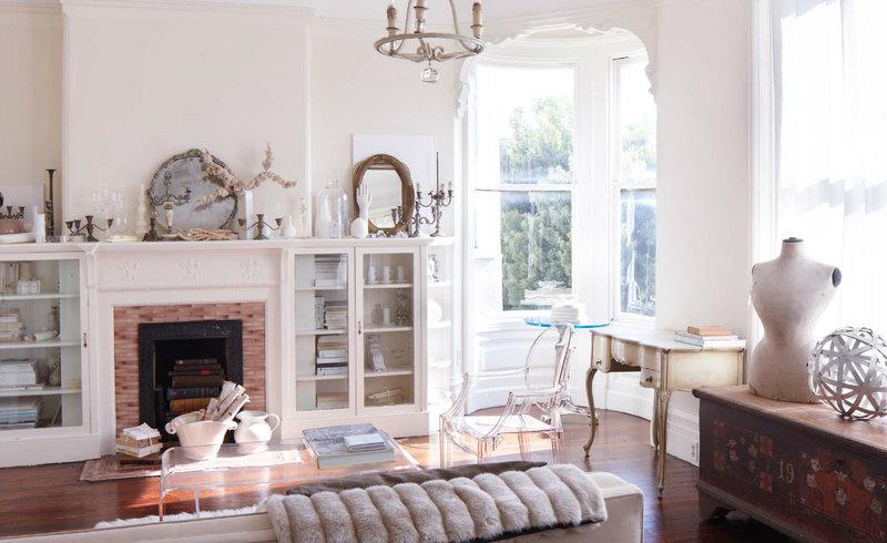 Прованс - это одно из направлений французского кантри. Однако гостиная комната, оформленная в этом стиле, выглядит не по-деревенски изящно и красиво
