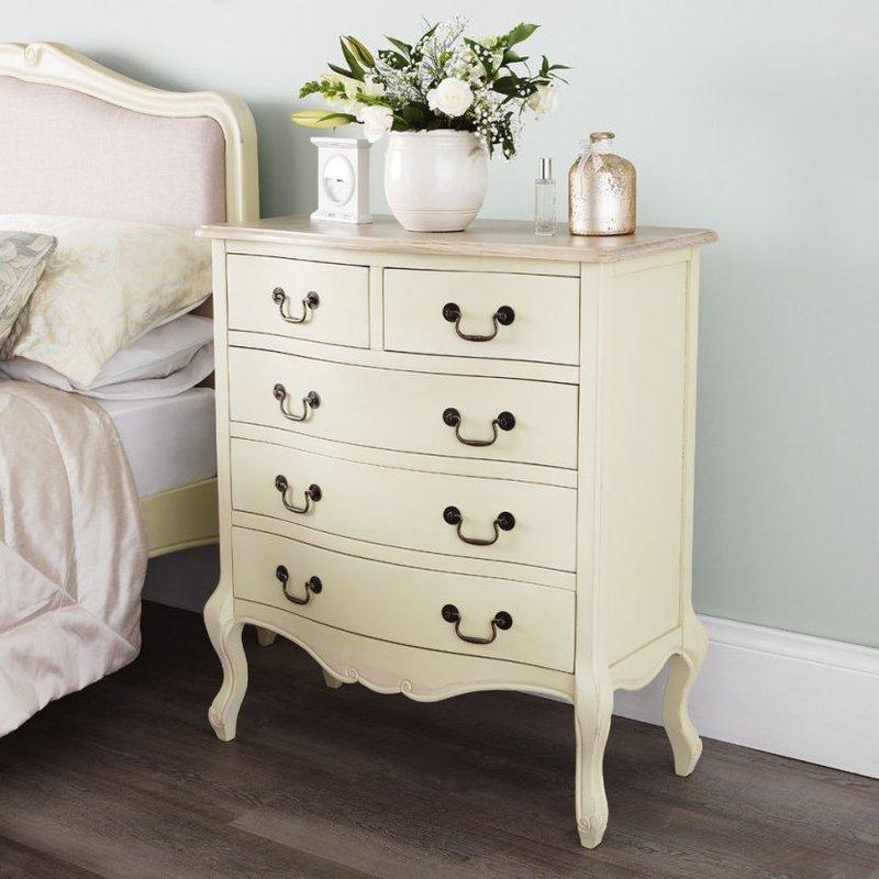 Нежная и уютная спальня в стиле шебби шик. Как оформить спальную комнату в этом романтичном стиле? Используемые цвета, материалы и декор.