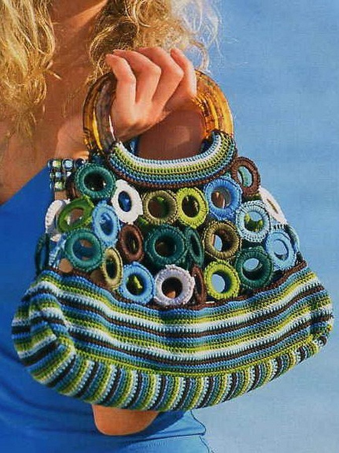 Красивую и модную вязаную сумочку можно не только купить, но и сделать своими руками