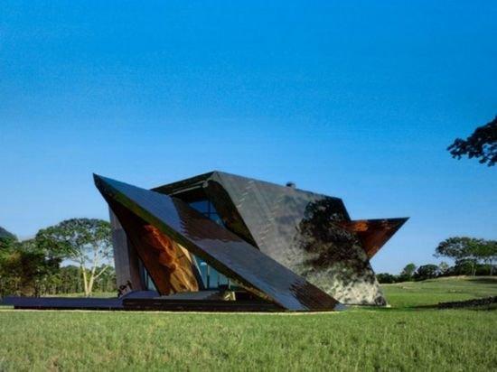 """Архитектор Даниэль Либескинд создал проект уникального дома под названием """"18.36.54 House"""". Этот проект был успешно реализован в Коннектикуте для молодой семьи,"""