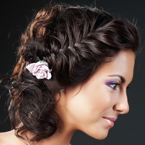 Объемная коса и миниатюрная роза - стильно и элегантно!