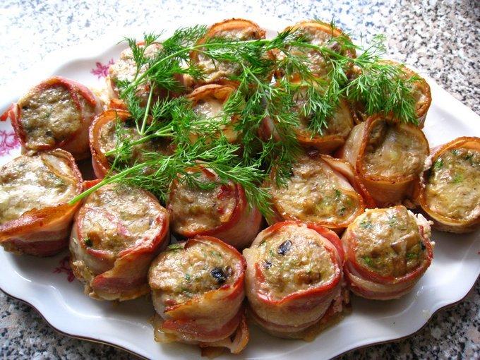 Простые вкусные рецепты вторых блюд с фото прекрасно подойдут тем, кто пока еще не умеет готовить или делает в кулинарном искусстве лишь первые шаги.