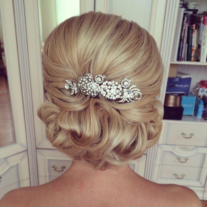 Свадебная прическа на длинные волосы с украшением