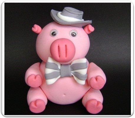 Свинку можно сделать массой способов. Кто-то из мастериц делает из соломы. кто-то шьет из ткани. Так же можно воспользоваться полимерной глиной.