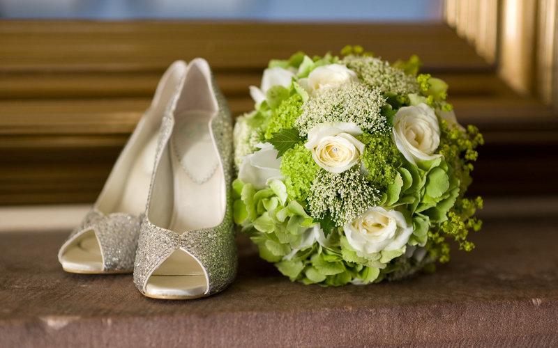 Свадебные туфли декорированные стразами.