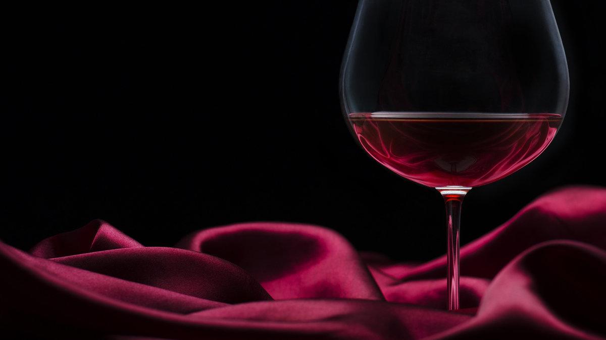 Картинки бокал вина на столе, марта