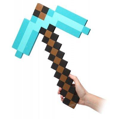Игрушечная зачарованная алмазная кирка из игры Minecraft — один из основных элементов для косплея Майнкрафт. Отлично подходит к маске Стива и плюшевого куба земли.