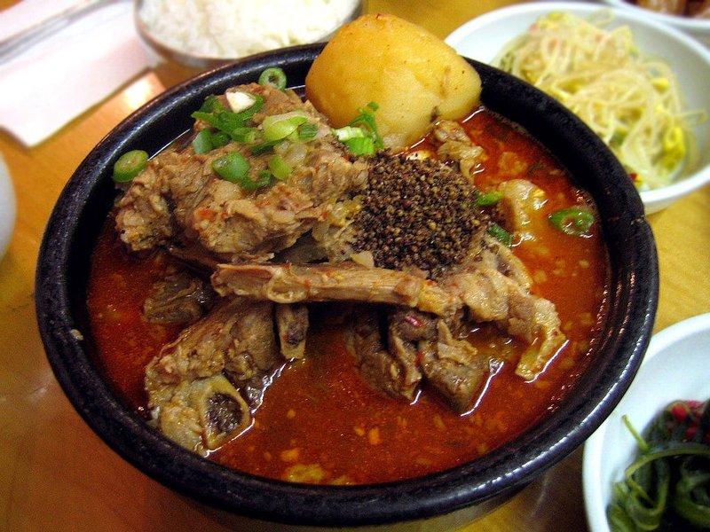 Камджатхан ( картофельный суп) — корейский острый суп со свиным хребтом и овощами, в частности, с картофелем, а также красным перцем. Позвоночник обычно…