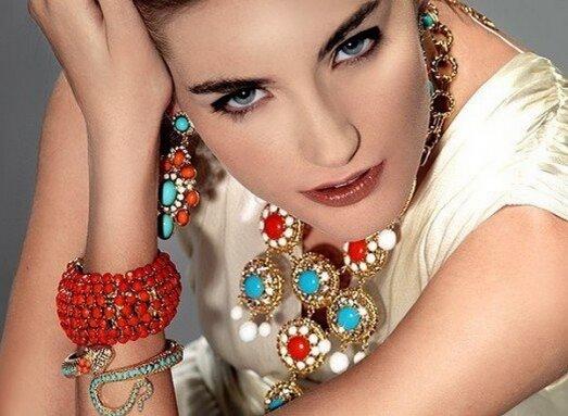 В 2012-2013 году в моде крупные формы и необычные цветовые сочетания. Модная бижутерия отличается оригинальностью и эклектикой